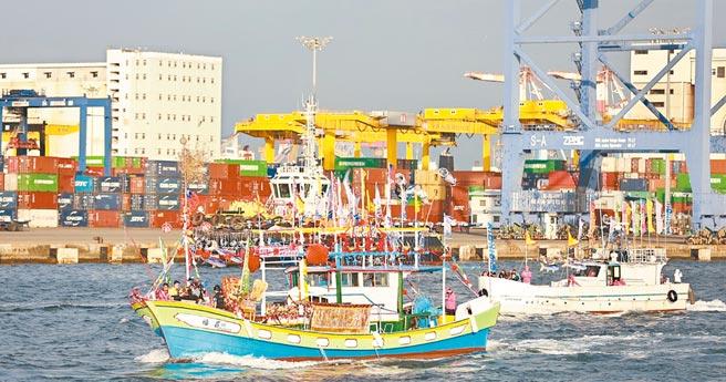 35頂神轎、25艘漁船隨媽祖海巡,天上聖母選擇搭乘福昌3號。(劉宥廷攝)