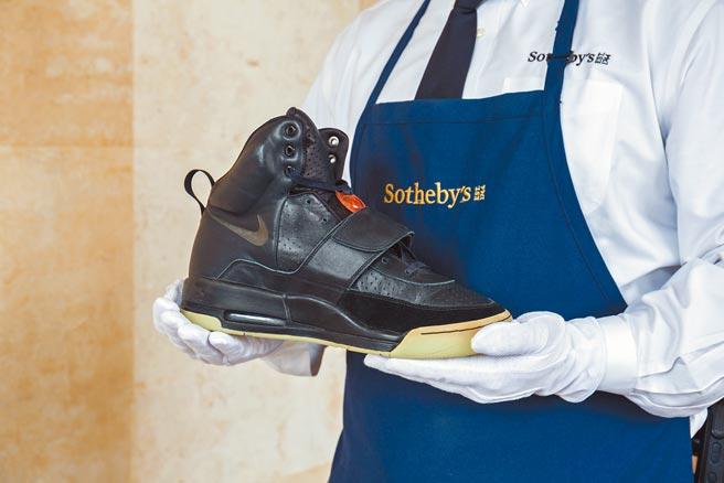 年輕新富族群崛起,一雙肯伊在2008年葛萊美獎時穿的Nike Yeezy球鞋,以180萬美元落槌。(Sotheby's提供)