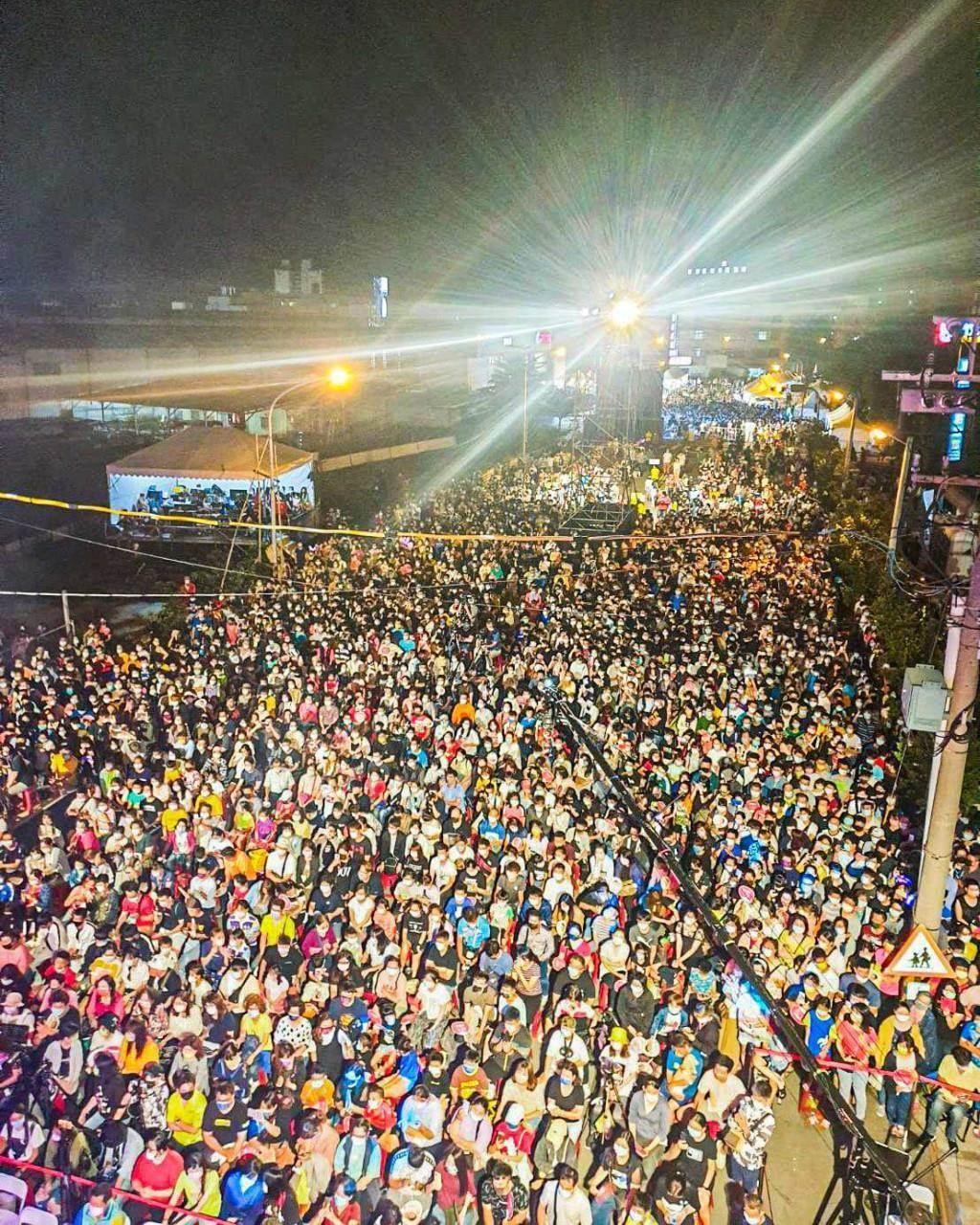 屏東縣長潘孟安1日在臉書表示,屏東黑鮪魚文化觀光季正式登場,他還分享了一張人潮洶湧的照片。(翻攝潘孟安臉書)