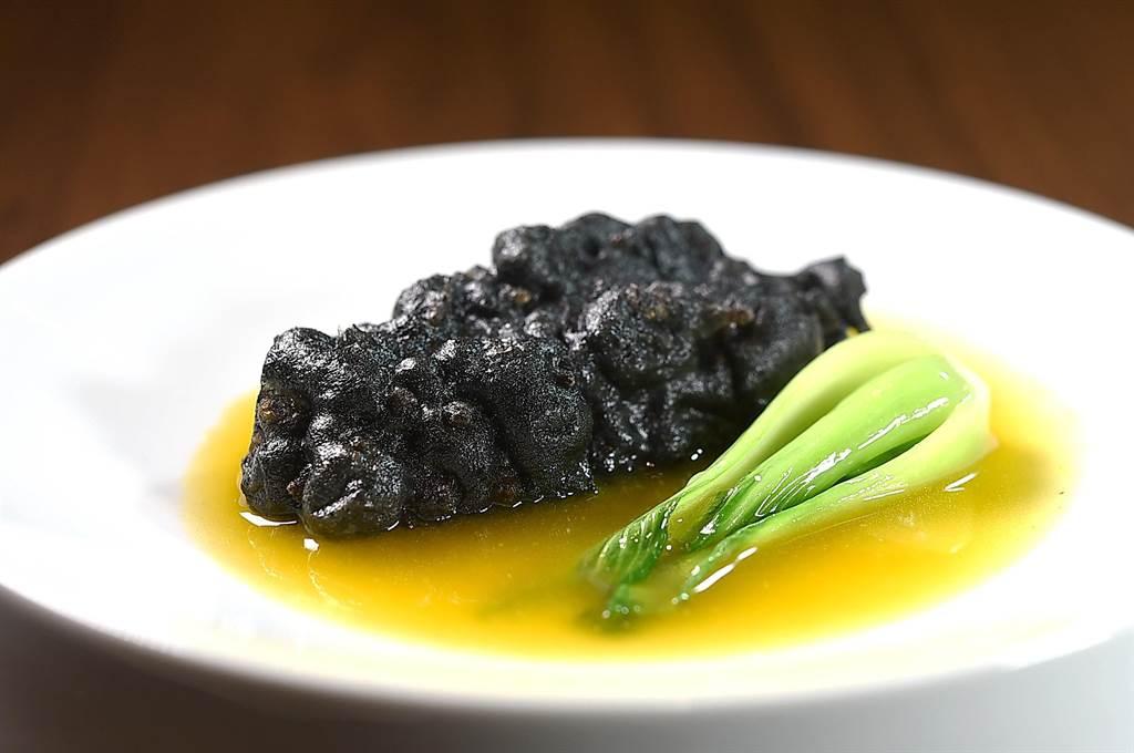 〈金湯百花小川刺參〉外層裹上用蛋白與竹碳粉調製的脆漿,過油輕炸後產生酥脆口感。(圖/姚舜)