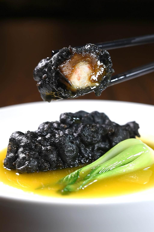 〈金湯百花小川刺參〉內餡除了蝦漿,還混合了筍絲和魚蓉,味道鹹鮮並有口感。(圖/姚舜)