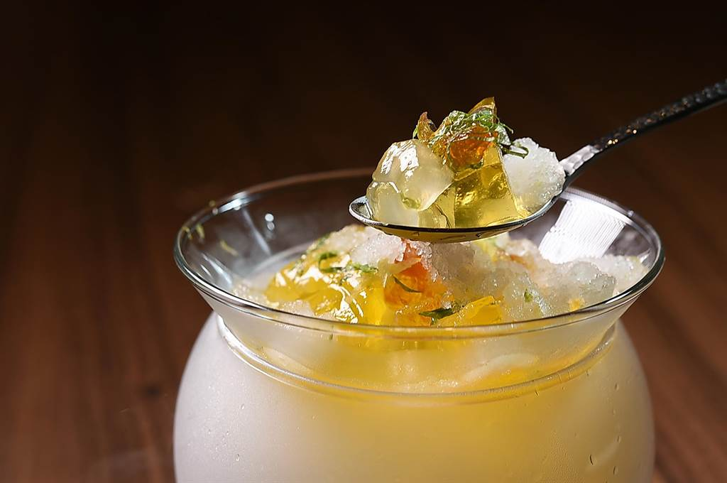 的甜點〈香茅凍〉,是以桃膠、香茅與蘆薈作成晶凍,並搭配檸檬冰沙、紫蘇葉和黃檸檬共構。(圖/姚舜)