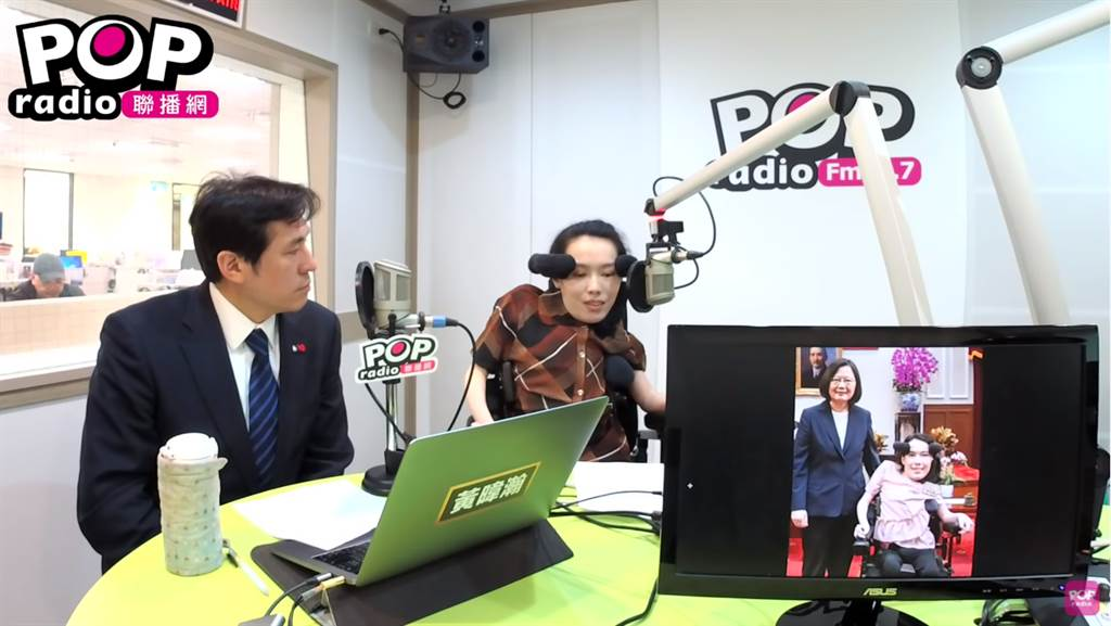 資深媒體人黃暐瀚專訪台灣生命之窗慈善協會理事長李怡潔(右)。(圖/摘自POP撞新聞臉書)