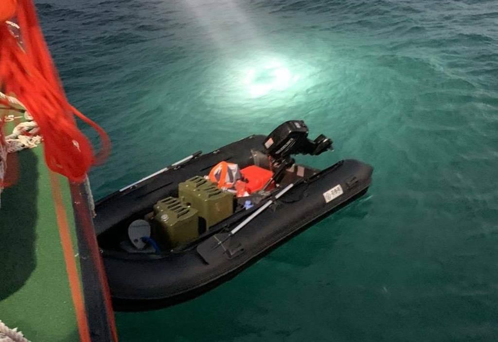 陸男乘橡皮艇横越台灣海峽偷度來台,海巡將回溯偷渡路境,若有人員失職將議處。(讀者林學賢提供/王文吉台中傳真)