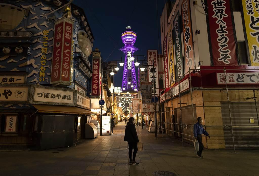 在疫情下拼命求生存的日本商家,却被不肖业者连累而一同遭到嘲笑,坦言真的「难以忍受」。图为在疫情下冷清的大坂街头。(图/美联社)(photo:ChinaTimes)