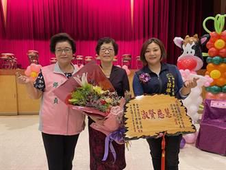 78歲書店闆娘國小畢業飽讀書籍 顧家服務鄰里獲選模範母親