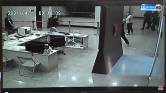 【松山之亂】陳嘉昌公布關鍵96秒畫面 10黑衣人摔紅龍柱砸值班台
