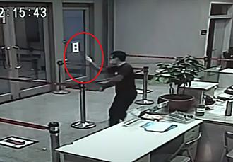 【松山之亂】黑衣人闖警局開砸原因曝光 疑教官先比中指嗆聲