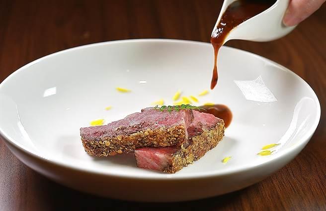〈冷燻稻草牛小排〉的表層舖了山胡椒、小茴香籽、香草籽與麵包粉,並煎炙產口酥脆口感,吃時淋上主廚特製醬汁。(圖/姚舜)
