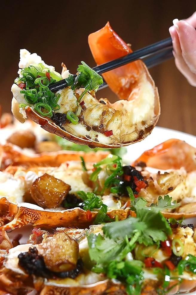 台灣在地野生活龍蝦口感細緻且有性,主廚清蒸後以蒜子、橄菜和豆豉炒的醬料提味。(圖/姚舜)
