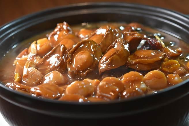 中山對酌〉的〈金銀財寶鵝〉最後一吃是,將腹中好料取出後以〈盆菜〉手法烹製,感覺像在「過年」。(圖/姚舜)
