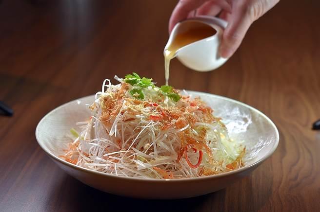 〈松柏長青〉是將蔥白、豆干與白菜以手工切絲,搭配鹹香櫻花蝦、甜香花生粉,並以雪莉酒醋醬汁提味,口感爽脆、味道極佳。(圖/姚舜)