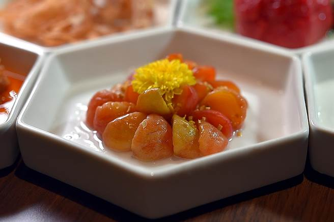 在〈中山對酌〉吃桌菜會有不同的「前菜八品」,圖為〈南薑李子〉。(圖/姚舜)