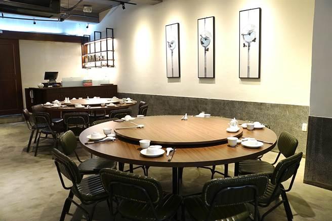 隱身在台北市中山區晴光商圈60年老宅內的〈中山對酌〉,只有2張圓桌,每桌接待10位客人。(圖/姚舜)