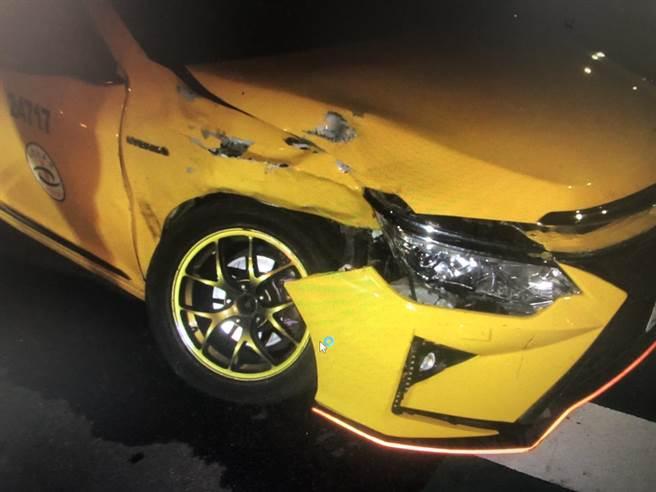 衝撞發生後,計程車右前及右側車身受創。(民眾提供)