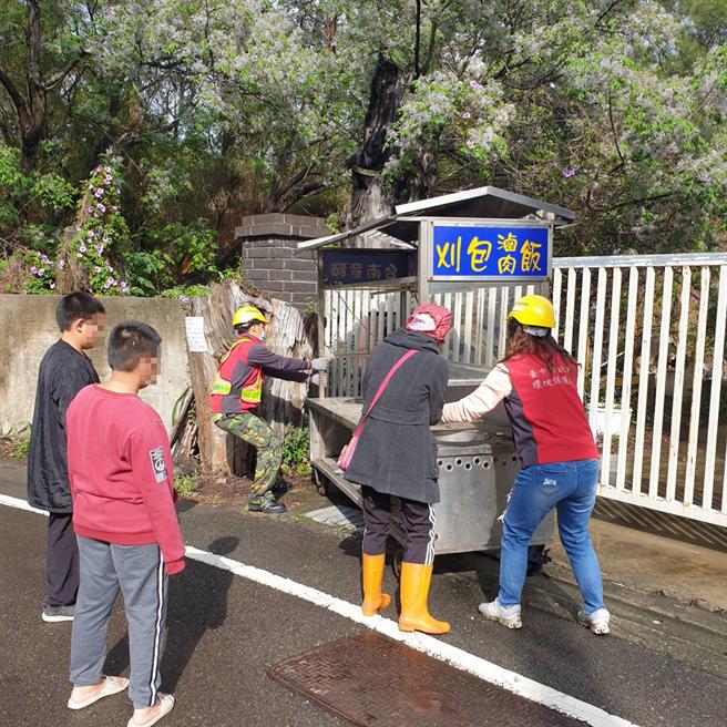 弱勢阿嬤的餐車違置被勸導,中市清潔隊協助她遷運,持續營生。(中市環保局提供/陳淑芬台中傳真)