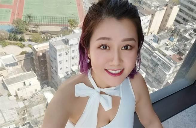 白雲不吝嗇展現身材曲線,讓她受封「波神」。(圖/取材自白雲 Snowy Bai臉書)