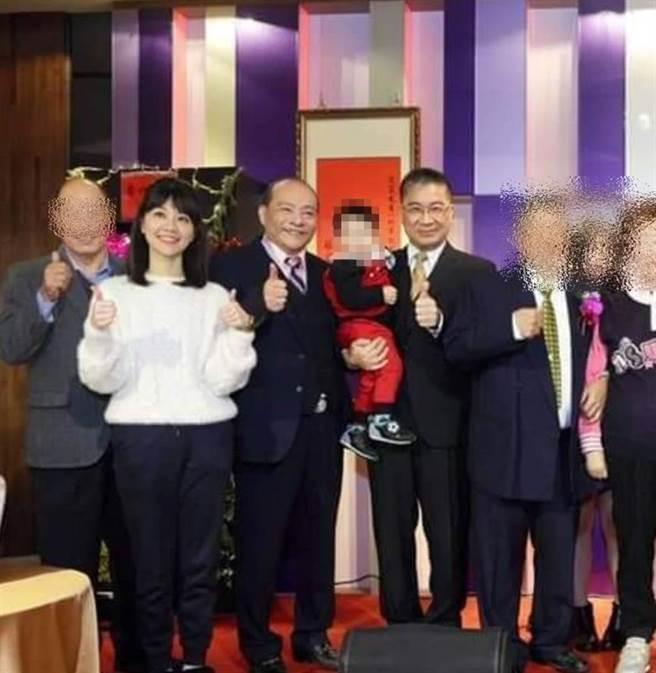 內政部部長徐國勇參加壽宴,與前民進黨台北市黨部評委趙映光大合照,手上還抱著趙映光的孫子,也是趙介佑的兒子。(翻攝自臉書)