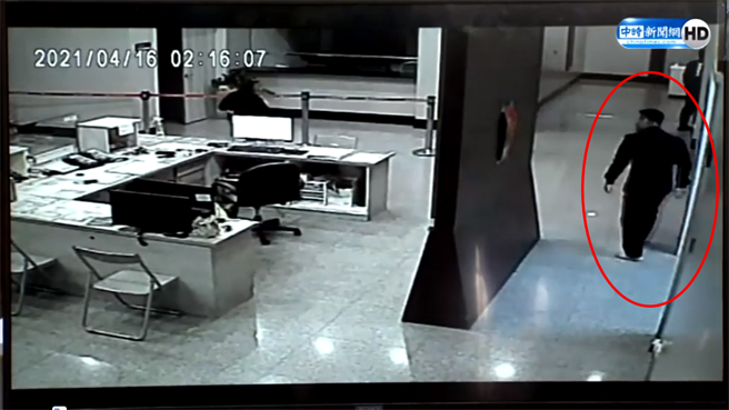 台北市政府警察局2日公布遭刪除的關鍵96秒影片,右下角紅圈處可見原正在休息的中崙派出所副所長顏森敏穿著拖鞋慌張步出。(翻攝中時新聞網直播)