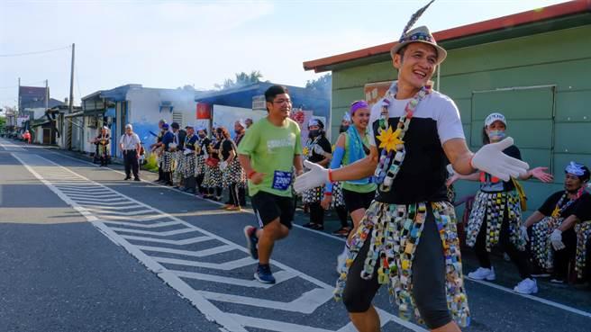 台東2021長濱雙浪金剛馬拉松於2日鳴槍起跑,美景、美食都讓選手為之驚艷。(東管處提供/蔡旻妤台東傳真)