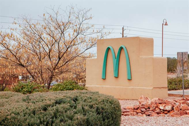 為了配合塞多納法律,不破壞當地景色,這間麥當勞才會選用淡藍色。(圖/達志影像)