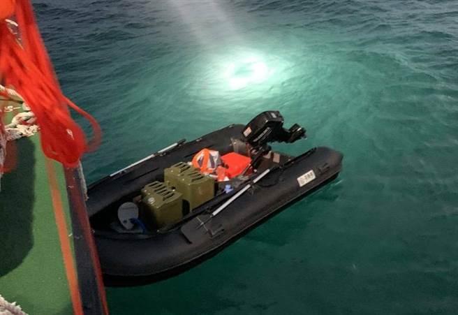 大陸籍周姓偷渡客稱橡皮艇是在淘寶網購買,連同舷外機,花了人民幣1萬6000元。(讀者林學賢提供/王文吉台中傳真)