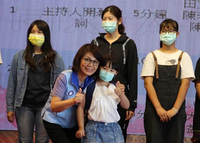 高雄市议会议长曾丽燕(前排左)出席慈母宴,并亲切地把背包背在小女孩身上。(建华里长吴文钦提供/曹明正高雄传真)