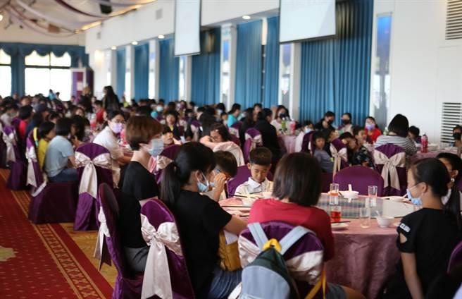 田文仲号召发起慈母宴,300育幼院童提前过母亲节。(建华里长吴文钦提供/曹明正高雄传真)