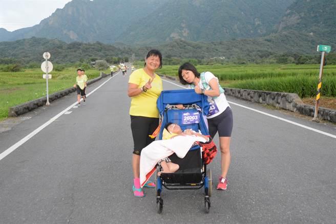 本月甫獲選「全國10大愛心媽媽」的單親媽媽陳嘉齡帶著腦性麻痺兒「比比」完成金剛馬。(大會提供)