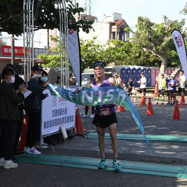 2021金剛馬全馬男子組冠軍陳永慶。(大會提供)