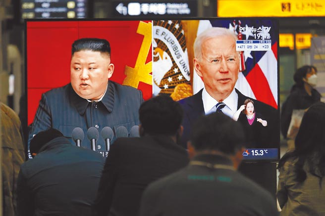 3月26日,韓國首爾火車站的大電視上播放新聞,出現美國總統拜登(右)與朝鮮最高領導人金正恩「同框」的畫面。(美聯社)