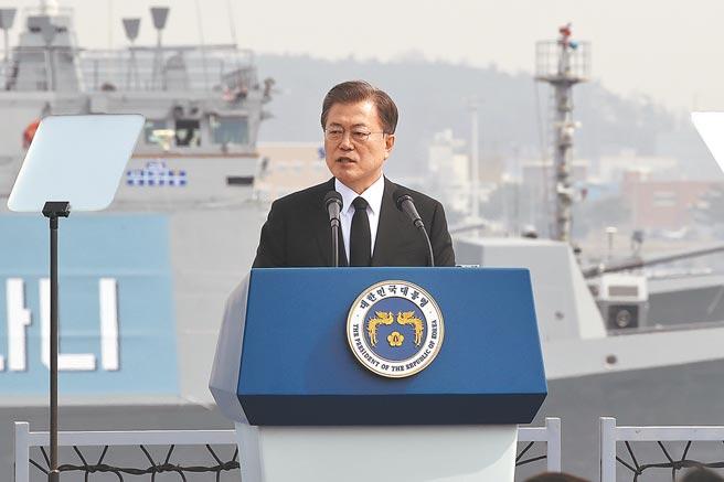 南韓總統文在寅藉上任4周年紀念日,安排在青瓦台春秋館舉行特別演說和記者會,被輿論評為最失敗的一次記者會,甚至說文在寅好像來自月球,不知現實南韓的窘局。(美聯社)