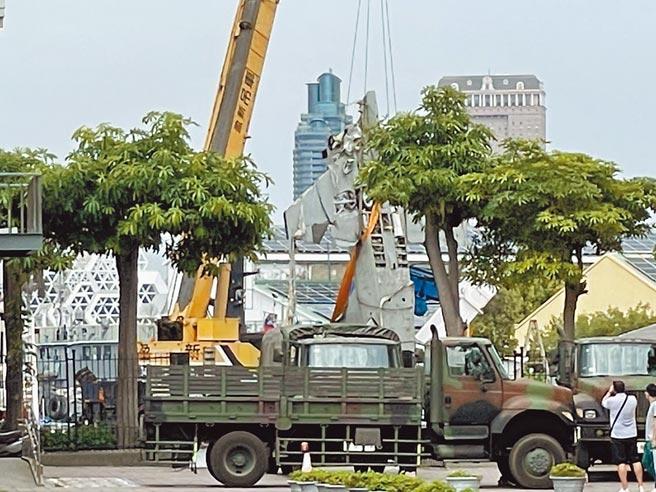 F-5E失事戰機1日由寶拉麗絲號搭載運回高雄港,並將飛機停放在高科大旗津校地港口,拆卸失事戰機殘骸。(洪浩軒攝)