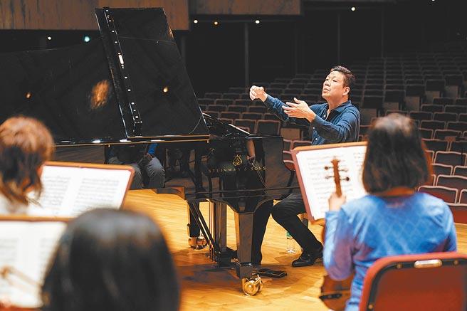 旅美鋼琴家劉孟捷曾因罹患血管炎而癱瘓,還瘦到30公斤,靠著堅強意志把琴藝練回來,他認為疾病讓他更有鬥志突破舒適圈。(國家交響樂團提供)