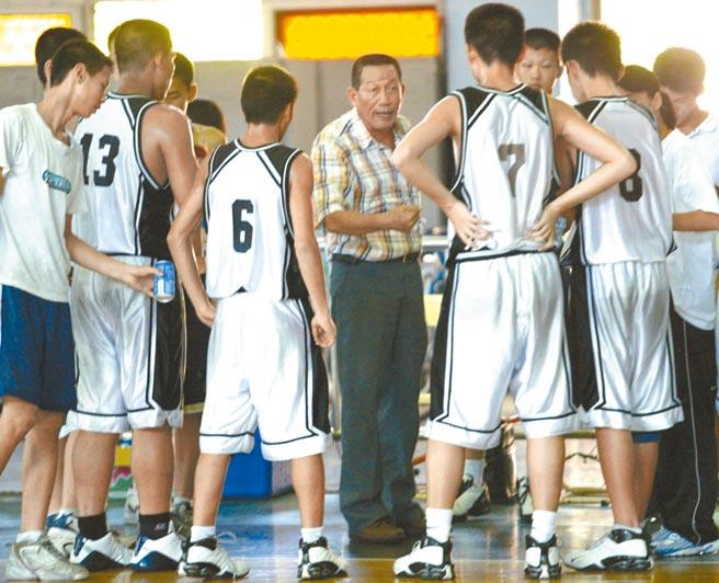 鋼琴家劉孟捷的父親是籃球教練劉錦池(中),劉孟捷經常借練球場旁的琴,運動員們在投籃,劉孟捷在練琴,成為特別的回憶。(本報資料照片)