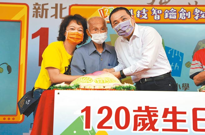 94歲李春長(中)一家4代都是新北市瑞芳國小校友,校方1日舉辦120周年校慶,新北市長侯友宜(右)送上祝福。(王揚傑攝)