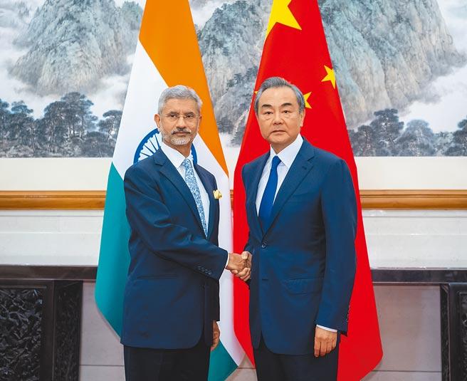 大陸外長王毅4月30日與印度外長蘇傑生通話,表示將援助印度防疫醫療物資。圖為2人2019年8月在北京會面。(新華社)