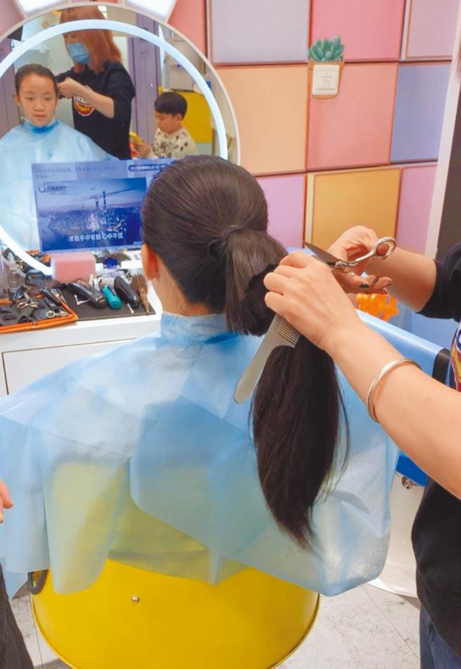 廈門一名13歲女孩蔡銣錚剪下留了3年的長髮,想捐給台灣癌症病童。(摘自海西晨報)
