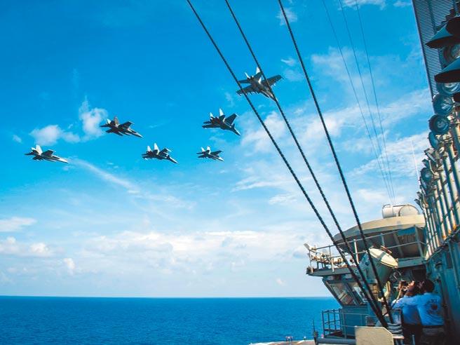 美國正副防長接連對亞太區域安全發表看法。圖為美國海軍羅斯福號航母戰鬥群4月與馬來西亞皇家空軍在南海演習。(摘自美國太平洋艦隊臉書)