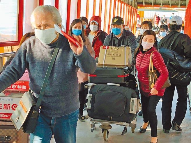 福建放宽台湾人赴闽隔离措施,引起大陆民意反弹。图为2020年2月小三通停航前最后一班返金门的乘客。(本报资料照片)