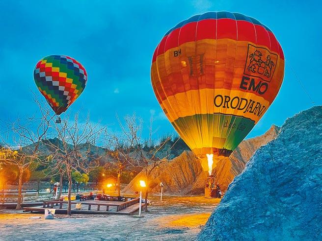 高雄月世界的惡地形因繽紛的熱氣球測試升空,形成強烈對比,讓網友驚呼連連,紛紛敲碗大喊好想搭乘。(高巿府觀光局提供/曹明正高雄傳真)