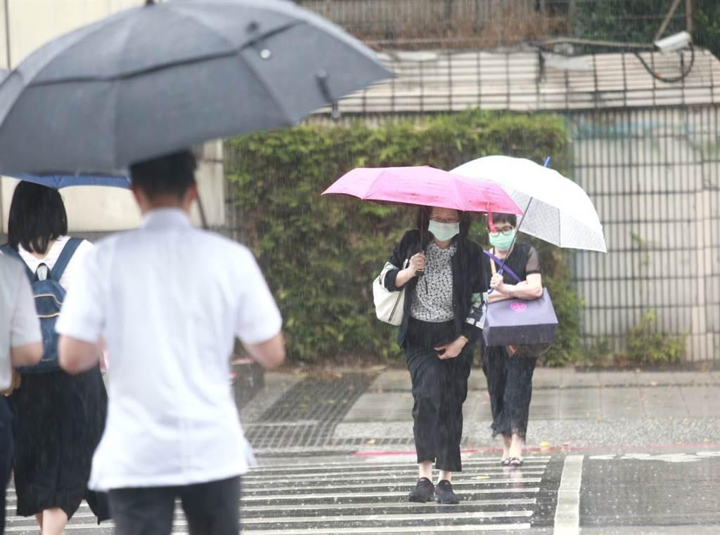 梅雨鋒面周三襲台,全台有雨,周六、日下波鋒面接力報到,台灣各地也容易被激發對流雨。(資料照 陳信翰攝)