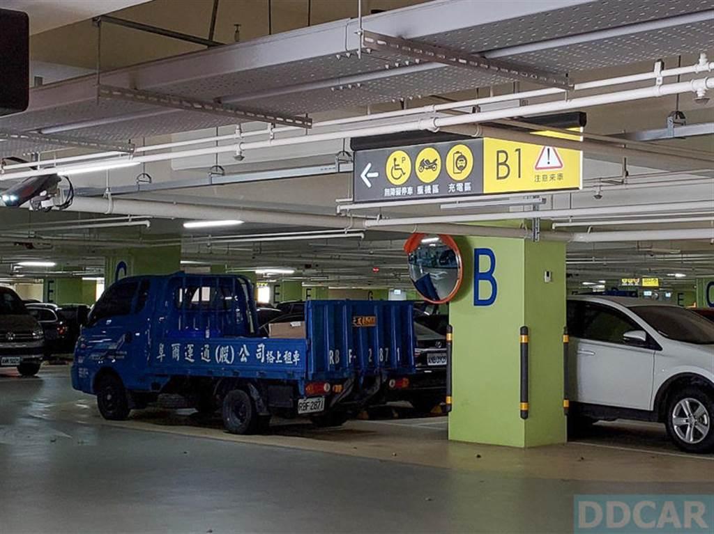 停車場內已經幫充電區做好標示,不用跟著感覺走,跟著它的指標走就對了