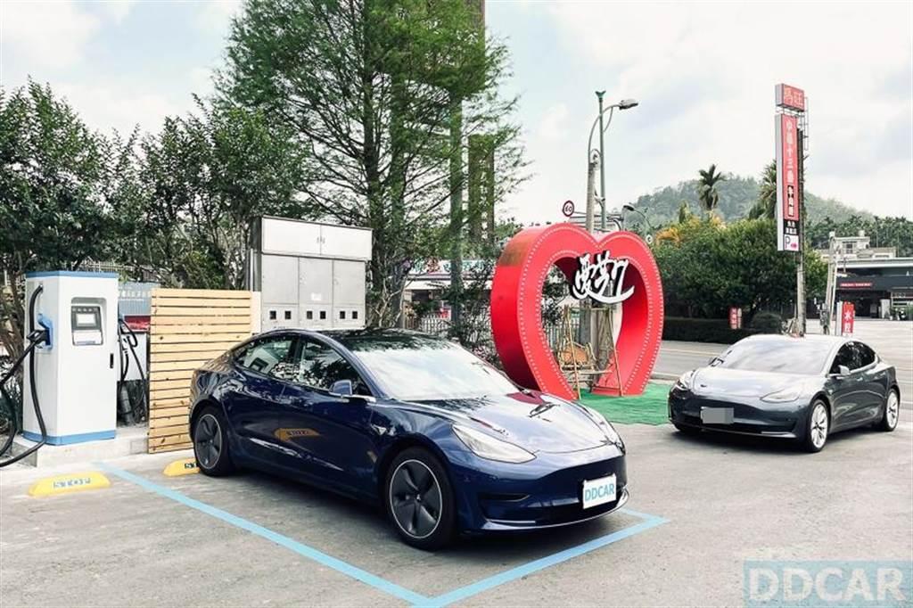 實測華城 EVALUE 日月潭 DC 直流快充站:CCS1 + CHAdeMO 與 Tesla 電動車統統都能充
