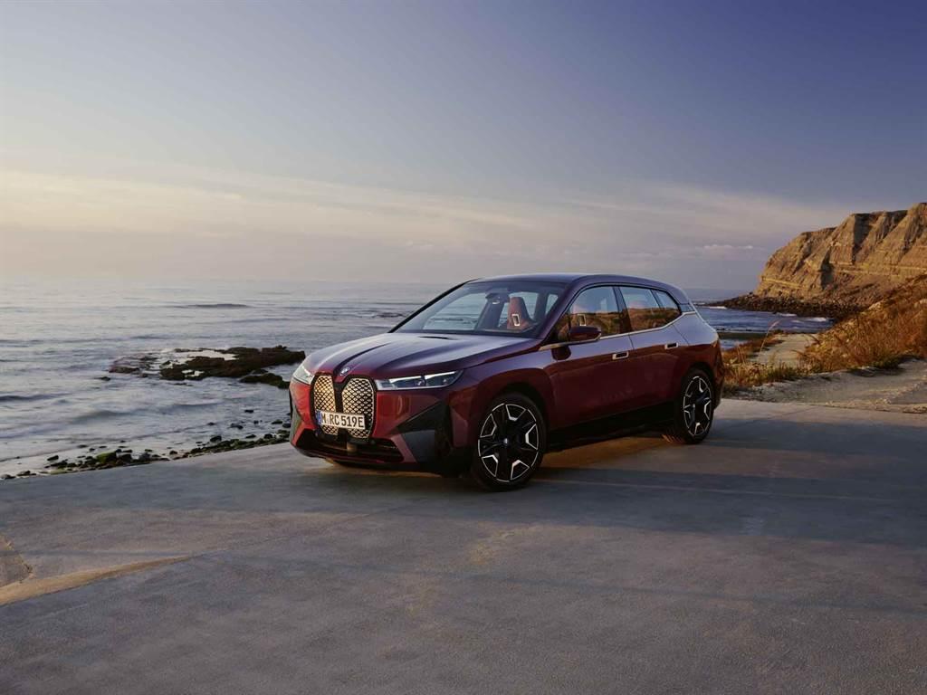 援引行雲流水的現代設計語彙,全新BMW iX重新定義何謂前衛豪華,雕塑出專屬於純電SAV的獨特風範,為豪華與純電的融匯重新立下標竿;iX xDrive50擁有超過500匹最大馬力輸出,5秒內就能完成0-100公里加速,純電最大可行駛里程超過600公里。