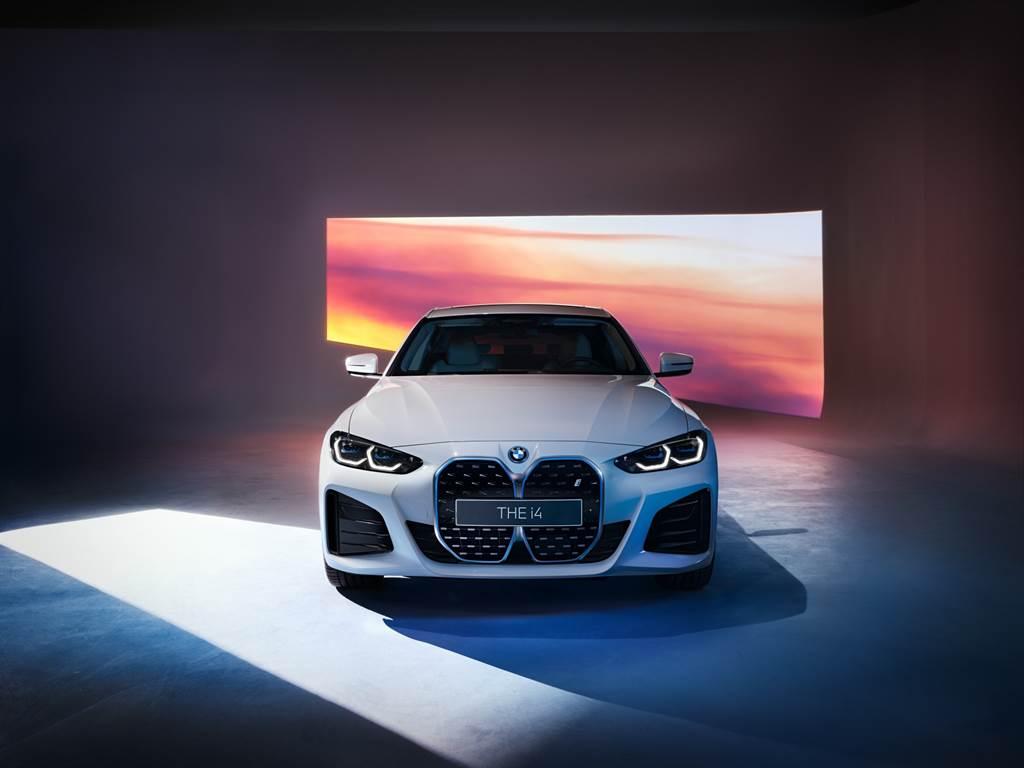 全新BMW i4純電四門跑車展現犀利敏捷與力量感十足的動感跑格姿態,搭配專屬M Sport套件後更滿溢性能氣息,擁有530匹最大馬力輸出,0-100公里加速僅需4秒就能完成。
