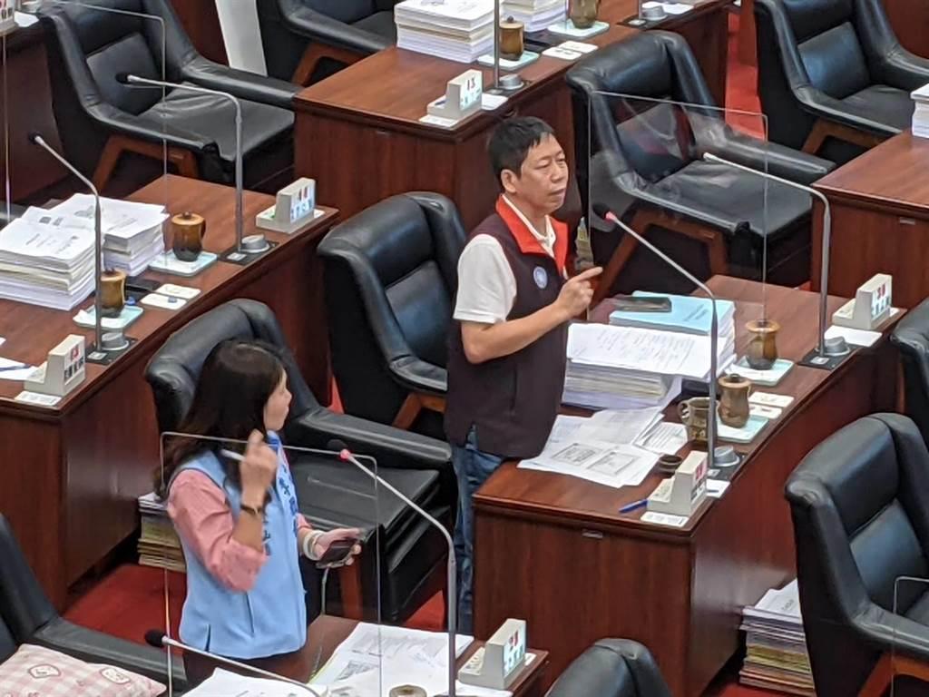 高雄巿議員黃紹庭3日在議會質詢。(曹明正攝)