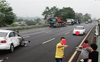 國3自小客車撞擦砂石車 彈飛對向車道變形駕駛僅挫傷