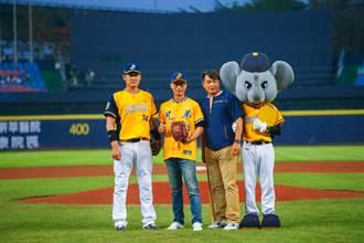 恰恰彭政閔發揮棒球影響力 與櫻花攜手捐助光隆國小少棒隊