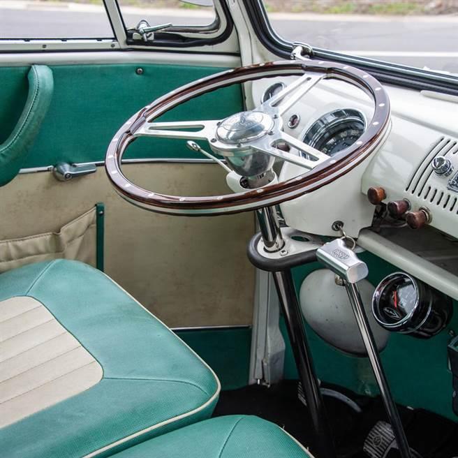 方向盤是駕駛座艙最大亮點。(陳大任攝)
